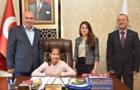 Minik Öğrenci Başkanlık Koltuğuna Oturdu