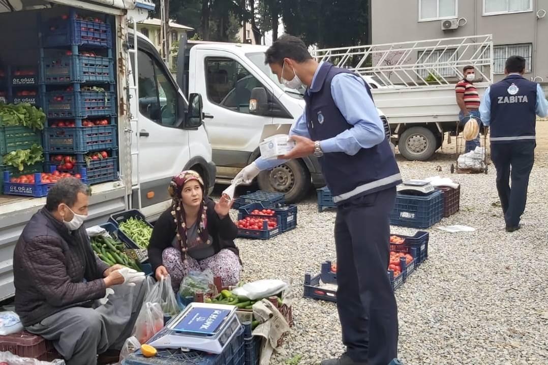 Karaisali'da zabita ekipleri maske, dezenfektan ve kolonya dagitti (4)