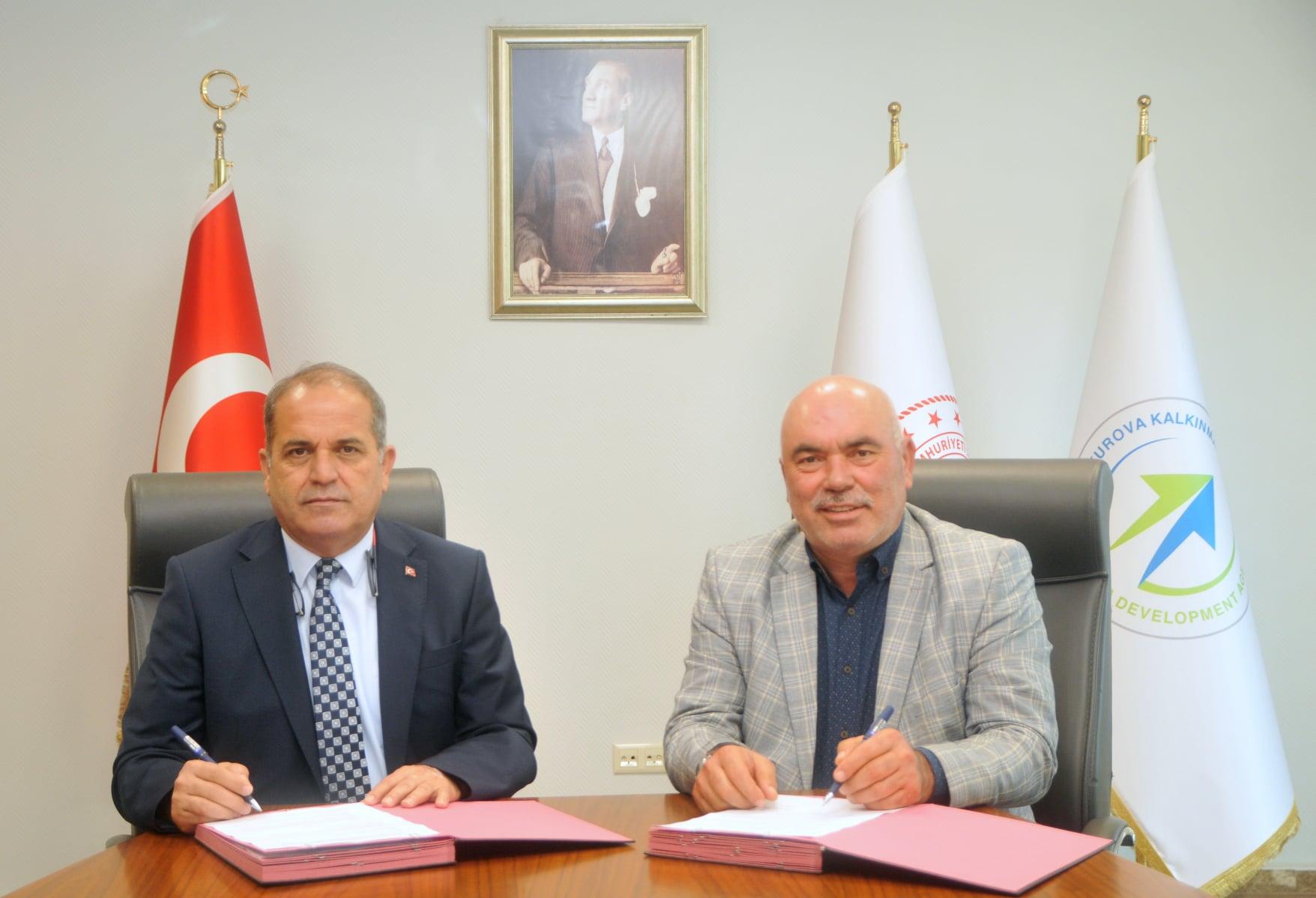 Karaisali Belediye Baskani Saadettin Aslan ve CKA Genel Sekreteri Savas Ulger arasinda protokol imzalandi.(1)